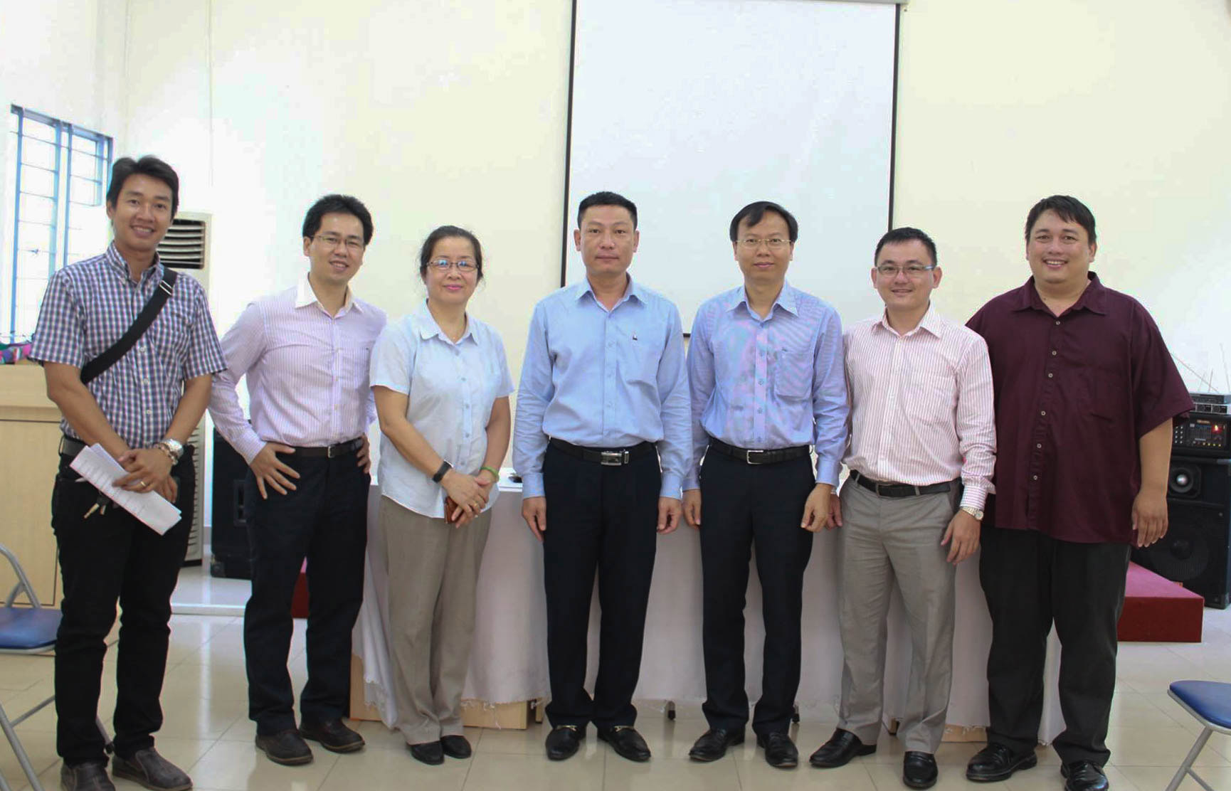 Ông Nguyễn Tuấn Anh (phía ngoài cùng bên phải) sáng lập VBM